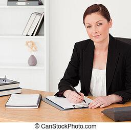 jó külső, red-haired woman, alatt, illeszt, írás, képben látható, egy, notepad