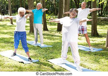jókedvű, öregedő emberek, cselekedet, jóga