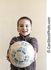 jókedvű, fiú, noha, egy, focilabda, alatt, övé, kezezés., fény, háttér., európai, külső megjelenés