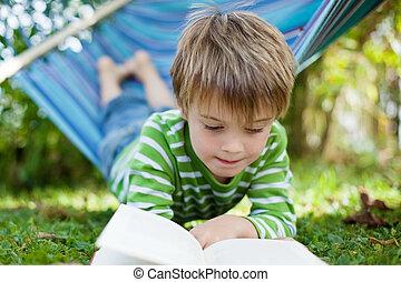jókedvű, kicsi fiú, olvasókönyv, alatt, a, függőágy