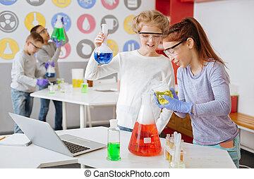 jókedvű, lány, átvizsgálás, a, illendőség, közül, chemical reagálás
