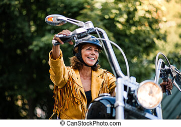 jókedvű, nő, utazó, idősebb ember, town., motorkerékpár