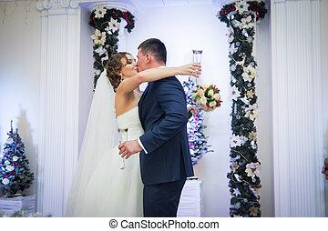 jókedvű, newlywed, összekapcsol megcsókol, &, ivás, pezsgő, -ban, fogadás
