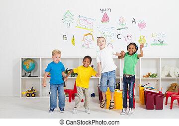 jókedvű, preschool, gyerekek, ugrás