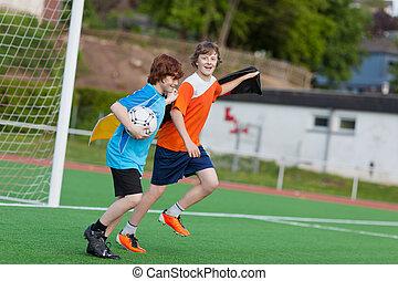 jóvenes, celebrar, en, campo del fútbol