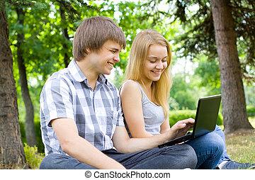 jóvenes, en el parque