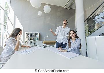 jóvenes, en, la oficina