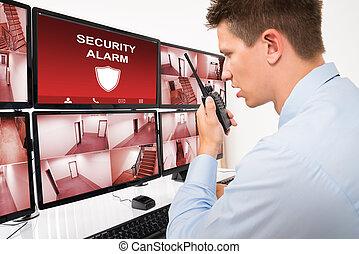 jóvenes masculinos, guardia, utilizar, seguridad, walkie-talkie