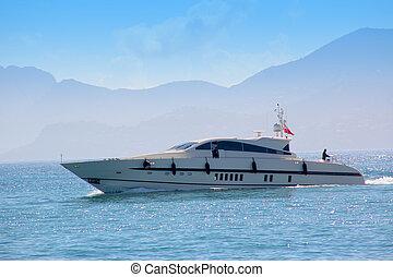 jachta, přepych