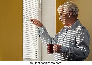 jalousie, tazza, dall'aspetto, finestra, attraverso, anziano, fuori, uomo