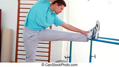 jambe, étirage, homme, flexible, sien