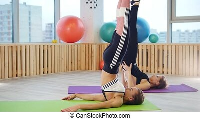 jambe, jeune, fitness, exercices, studio., femmes