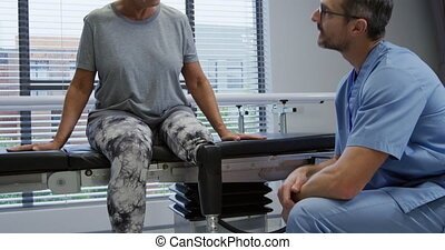 jambe, prothétique, femme, hôpital