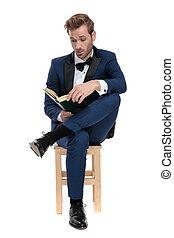 jambes, captivé, assis, livre, traversé, lecture, homme
