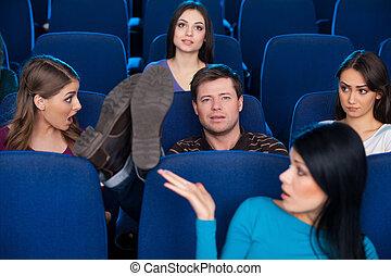 jambes, ceci, guy?, sièges, regarder, quel, jeune, séance, cinéma, film, homme, mal, sien, devant, quoique