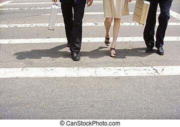 jambes croisement, hommes affaires, promenade croix