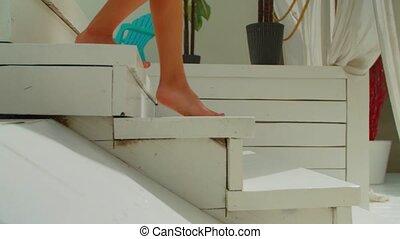 jambes, femme, étapes, pieds nue, descendre, poolside