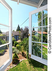 janela aberta, para, a, jarda, com, pequeno, shed.