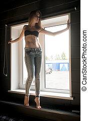 janela, jovem, mulher bonita, calças brim