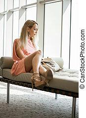janela, sofá, sentando, mulher, elegante