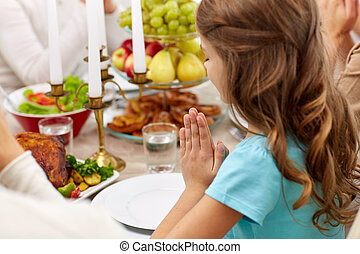 jantar familiar, lar, menina, orando, tendo