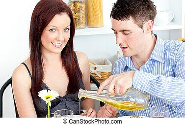 jantar, par, cozinha, jovem, tendo