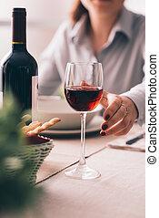 jantar, vinho, multa, provando
