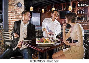 japonés, sushi, restaurante, chef, porción, clientes