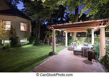 jardín, con, patio, por la noche