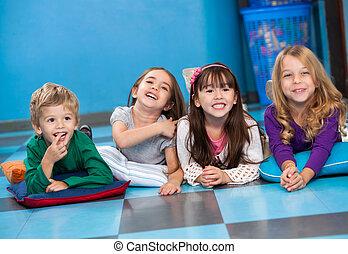 jardín de la infancia, fila, niños, acostado, piso
