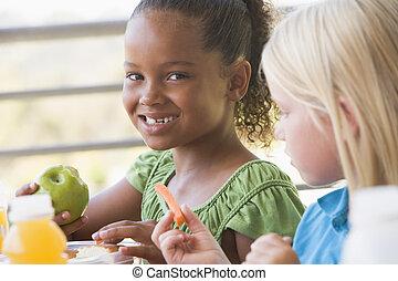 jardín de la infancia, niños comer, almuerzo