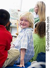 jardín de la infancia, profesor, lectura niños, en, biblioteca, niño, mirar