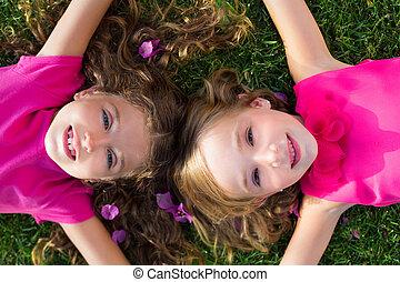 jardín, niñas, acostado, sonriente, pasto o césped, niños, ...