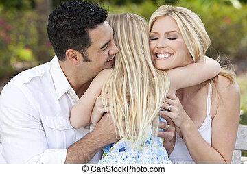 jardín, parque, abrazar, padres, niño, niña, o, feliz
