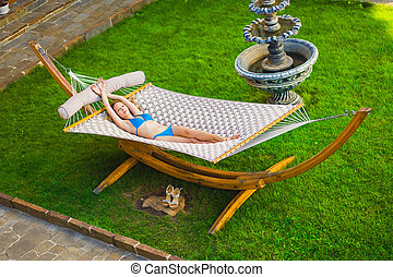 jarda, vime, mulher, swimsuit, esbelto, bonito, mentindo, verão, jardim, jovem, rede
