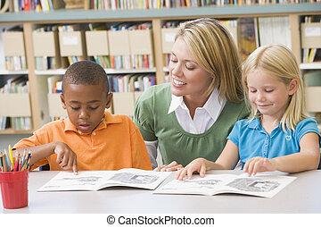 jardim infância, estudantes, ajudando, habilidades, leitura...