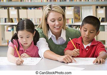 jardim infância, professor, ajudando, estudantes, com,...