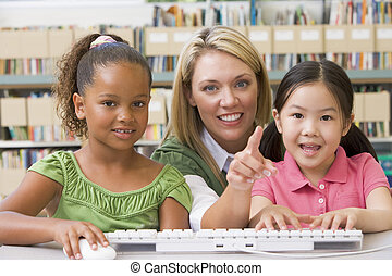 jardim infância, professor, sentando, com, crianças, computador