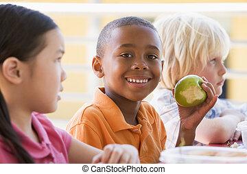 jardin enfants, enfants mangeant, déjeuner