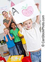 jardin enfants, garçon, fier