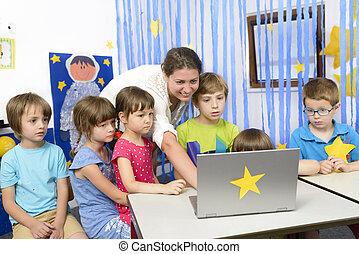 jardin enfants, gosses, entouré, éducateur
