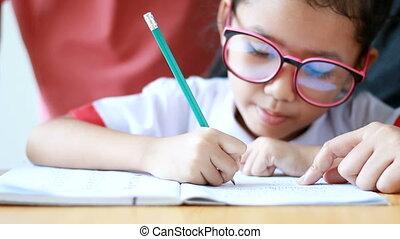 jardin enfants, peu, concept, famille, mère, mains, uniforme, grand-mère, bois, asiatique, étudiant, enseignement, table, girl, education, thaï, devoirs