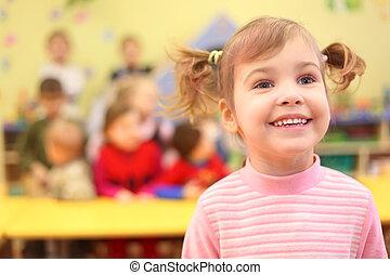 jardin enfants, peu, fille souriante