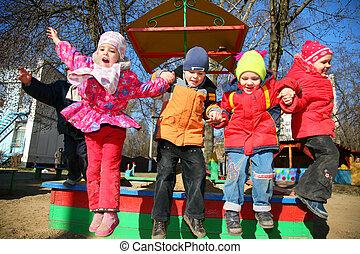 jardin enfants, sauter, équipe
