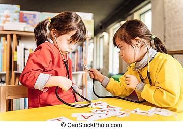 jardin enfants, syndrome, enfants, bas, dark-eyed, jouer
