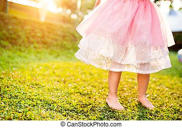 jardin, ensoleillé, courant, unrecognizable, girl, jupe,...
