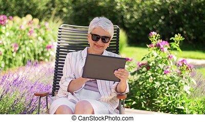 jardin, femme, été, personne agee, pc tablette, heureux