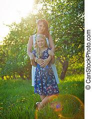 jardin, fleur, joli, mère, girl, enfantqui commence à marcher