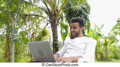 jardin, fonctionnement, ordinateur portable, jeune, exotique, hispanique, informatique, dehors, type, homme, sourire heureux