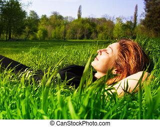 jasny, kobieta odprężająca, na wolnym powietrzu, w, świeży, trawa